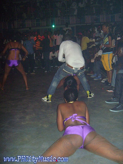 Oba Omega & His dancers doing their thing..